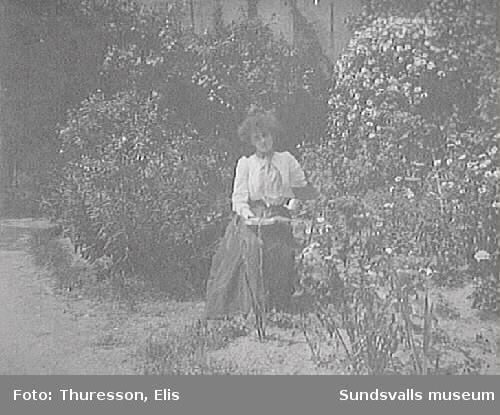 Mademoiselle Lily Jeaglé i en trädgård i Frankrike.