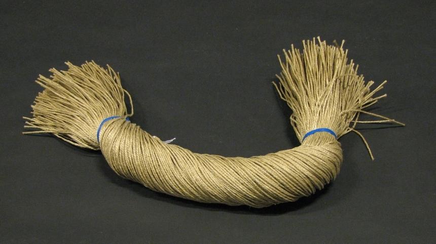 Snören av olika längd och material ursprungligen lagda i buntar om cirka 500 snören. Somliga förstärkta med svart material.