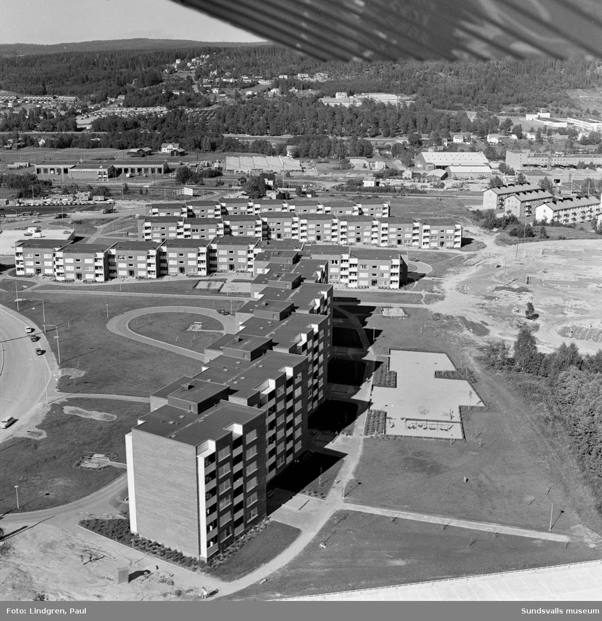 Flygfotografi över stadsdelen Nacksta under uppförande, 1970. Östra delen med hyresbostäder, etapp 1, uppfördes av AB Sudnsvallsbyggen mellan 1967 och 1971. Höghuset i kv Vetet 5, Nackstavägen 25, var den första huset som stod inflyttningsklart, 1967.