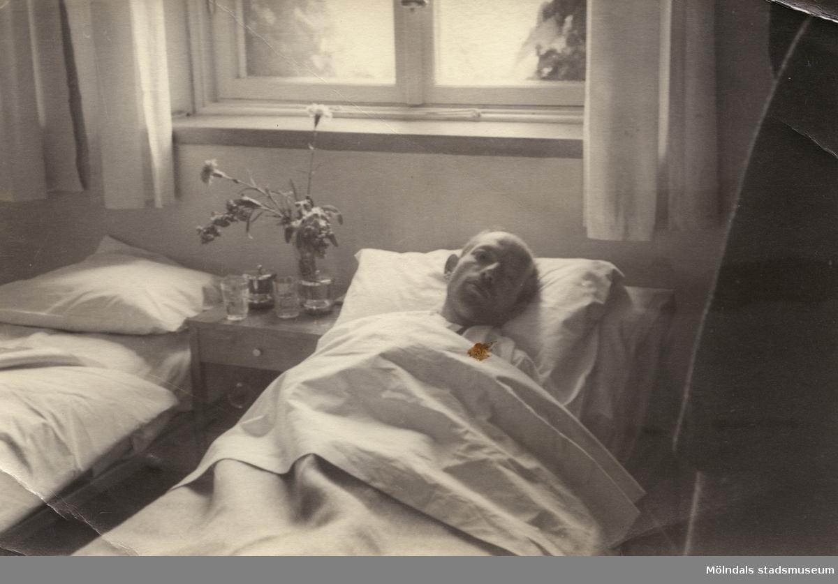 """""""Karantänsförläggning"""" på Kvarnbyskolan för flyktingar från koncentrationsläger i Tyskland 1945. Två sängar varav i den ena ligger en man."""