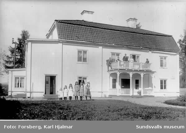 Herrgårdsbyggnad, grupporträtt.