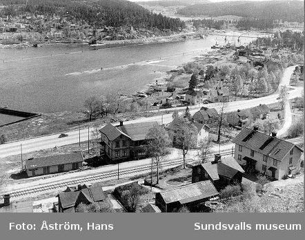 Svartvik på 1930-talet. Utsikt över Grindbacken.  Vykort utgivet av Föreningen Svartviksdagarna