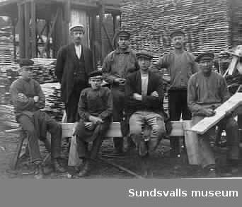 Förman och arbetare vid Gällö sågverk omkring 1916. Sittande nr 2 fr v är Knut Svensson född 1901 (han hade puckelrygg) och nr 4 fr v hans far Sven Svensson.