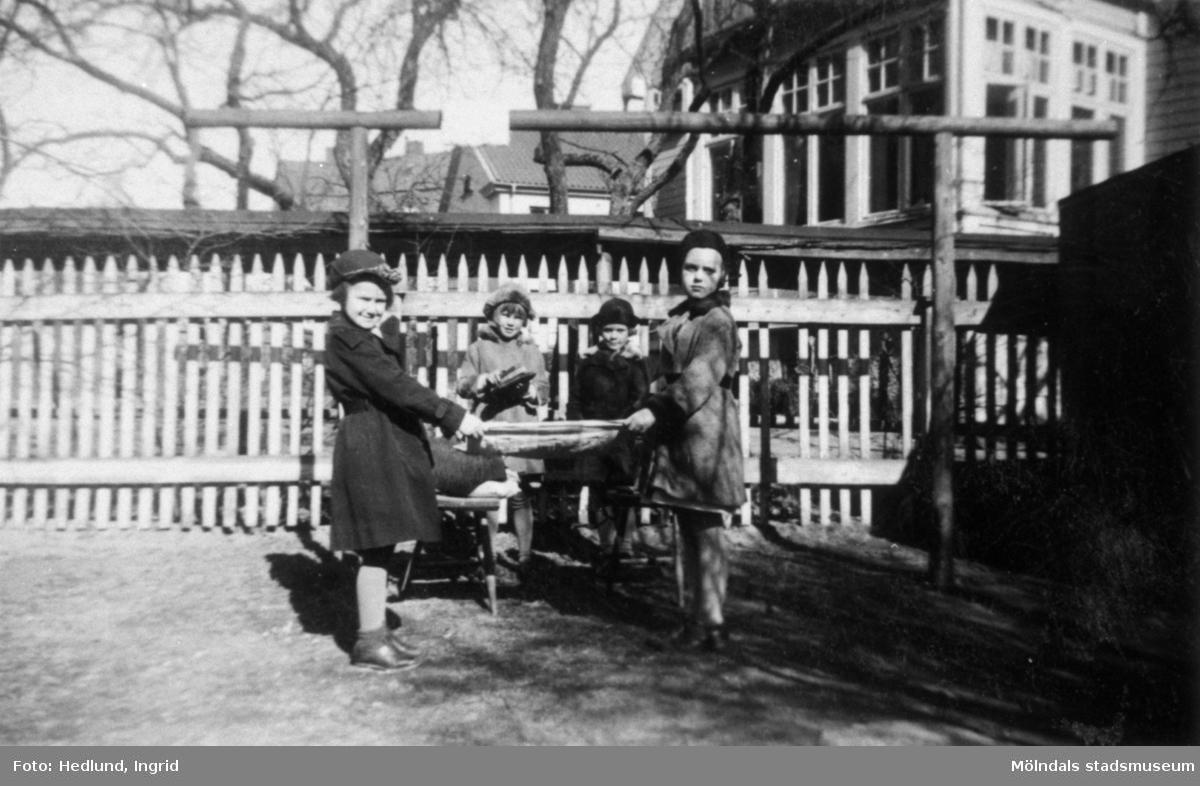 Bosgårdens barnträdgård 1938. Fyra barn som står utomhus.