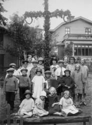 Midsommarfirande på Kvarnbygatan 23, 1920-tal.  Första raden