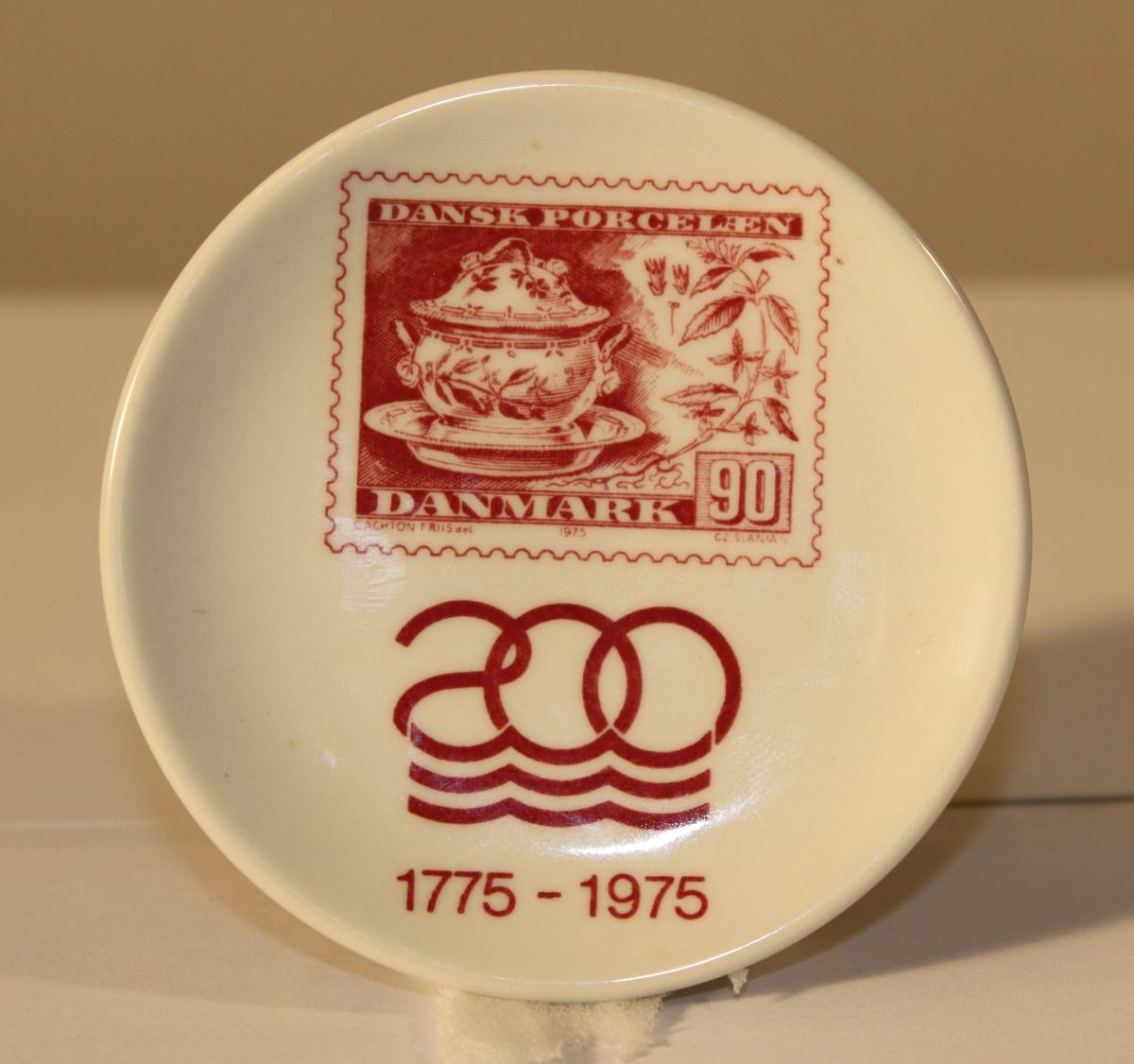 Fat i miniatyrmodell med frimärksmotiv. Frimärket som avbildas är den danska utgåvan av Royal Copenhagens  200 års jubileum i valören 90 öre från 1975.