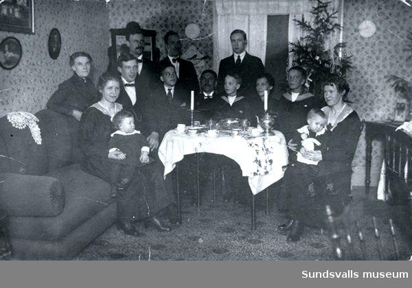 Familjen Larsson från Torsby firar första julen i Sundsvall i Storbyggningen på Mon tillsammans med släkt och andra värmlänningar i förskingringen. Alla namn finns antecknade.