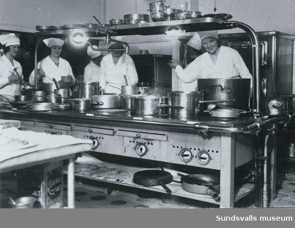 Kökspersonal i hotell Knaust nya elektrifierade kök.