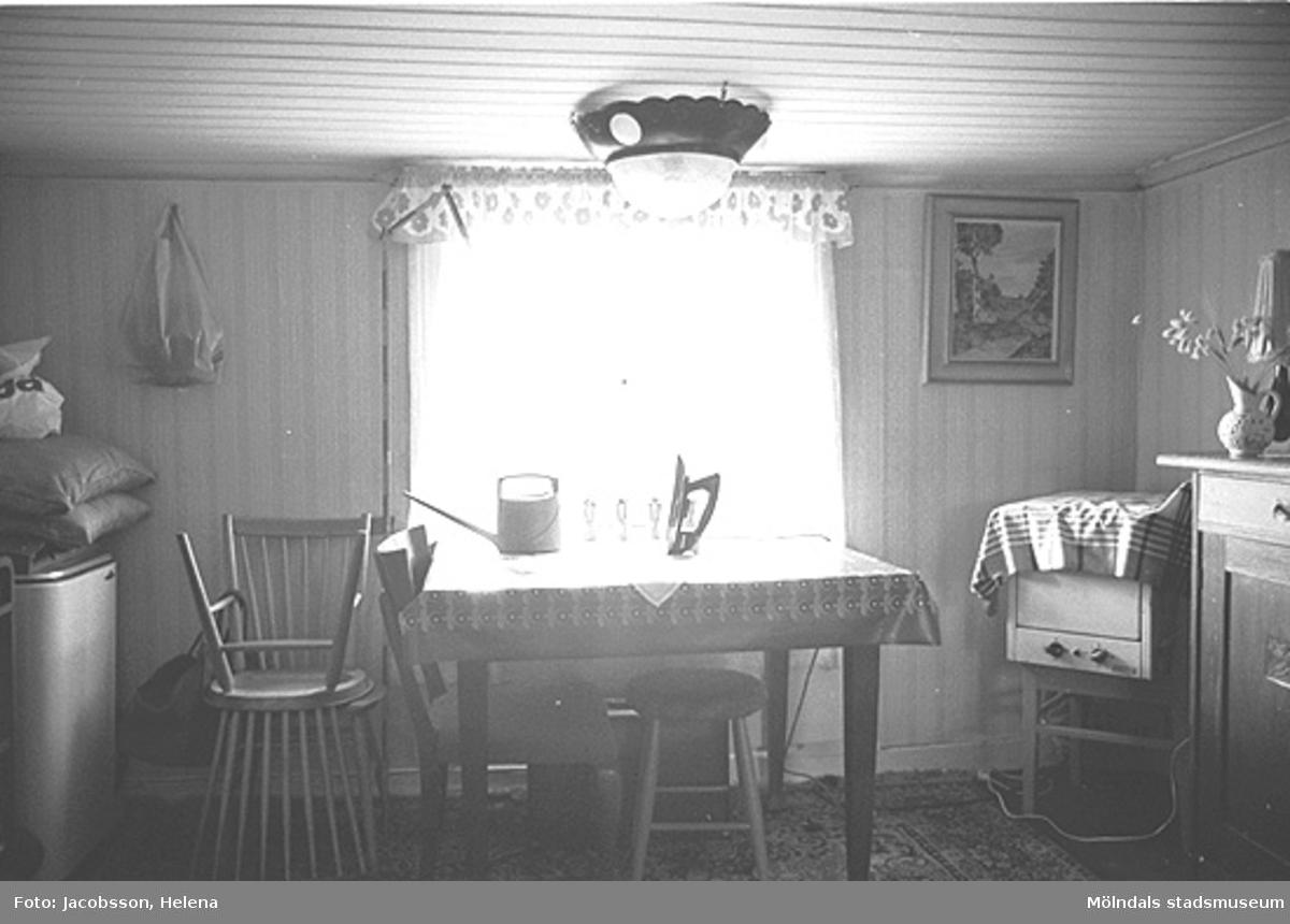 Interiör i bostadshus på Roten M 29 i Mölndals Kvarnby, 1972. Möblerat kök med bland annat vaskho.