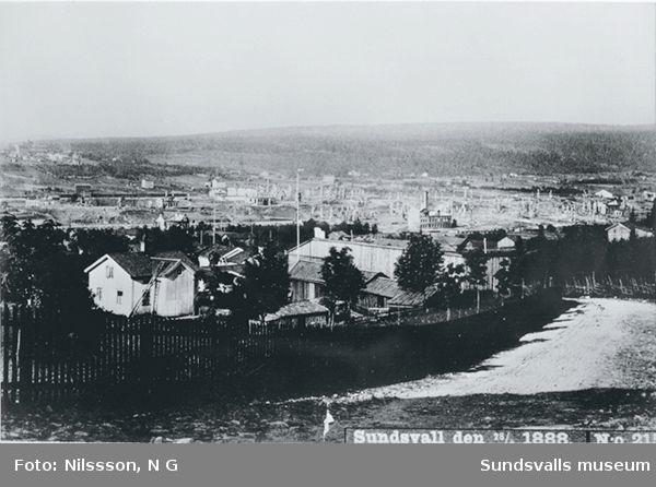 Det nedbrända Sundsvall, sett ifrån södra sidan. Fotot taget den 28 juni (tre dagar efter branden).