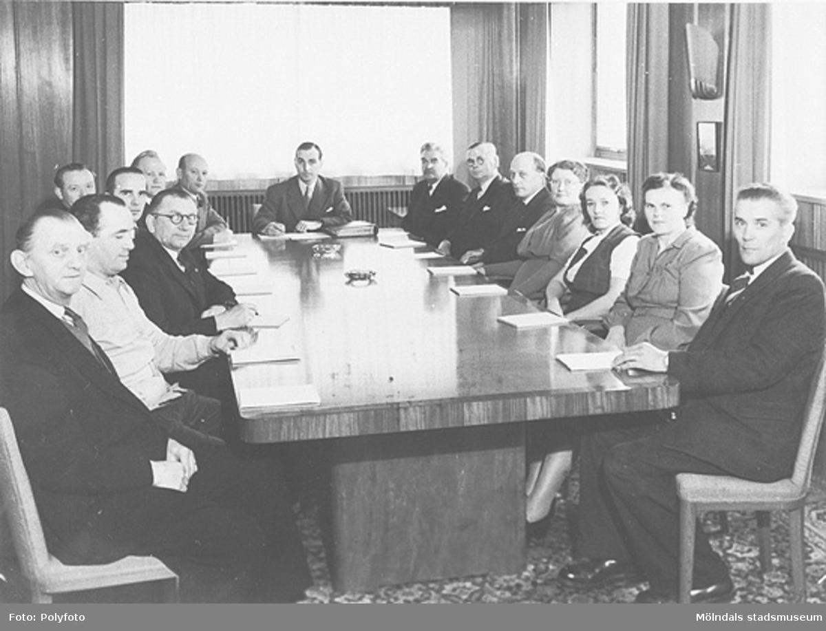 Företagsnämnden vid Mölnlycke väveri AB kring sammanträdesbordet.  1940-tal. Från vänster Gunnar Leffler, Sven Magnusson, Josef Leffler, Hilmer Andersson, Nils Johansson, Henry Halmar, ingenjör Jedin, ingenjör Sandberg, ingenjör Börjesson, personalchef Rörlander, Ester Karlsson (spinnerska), väverska, väverska, Hugo Säfström.