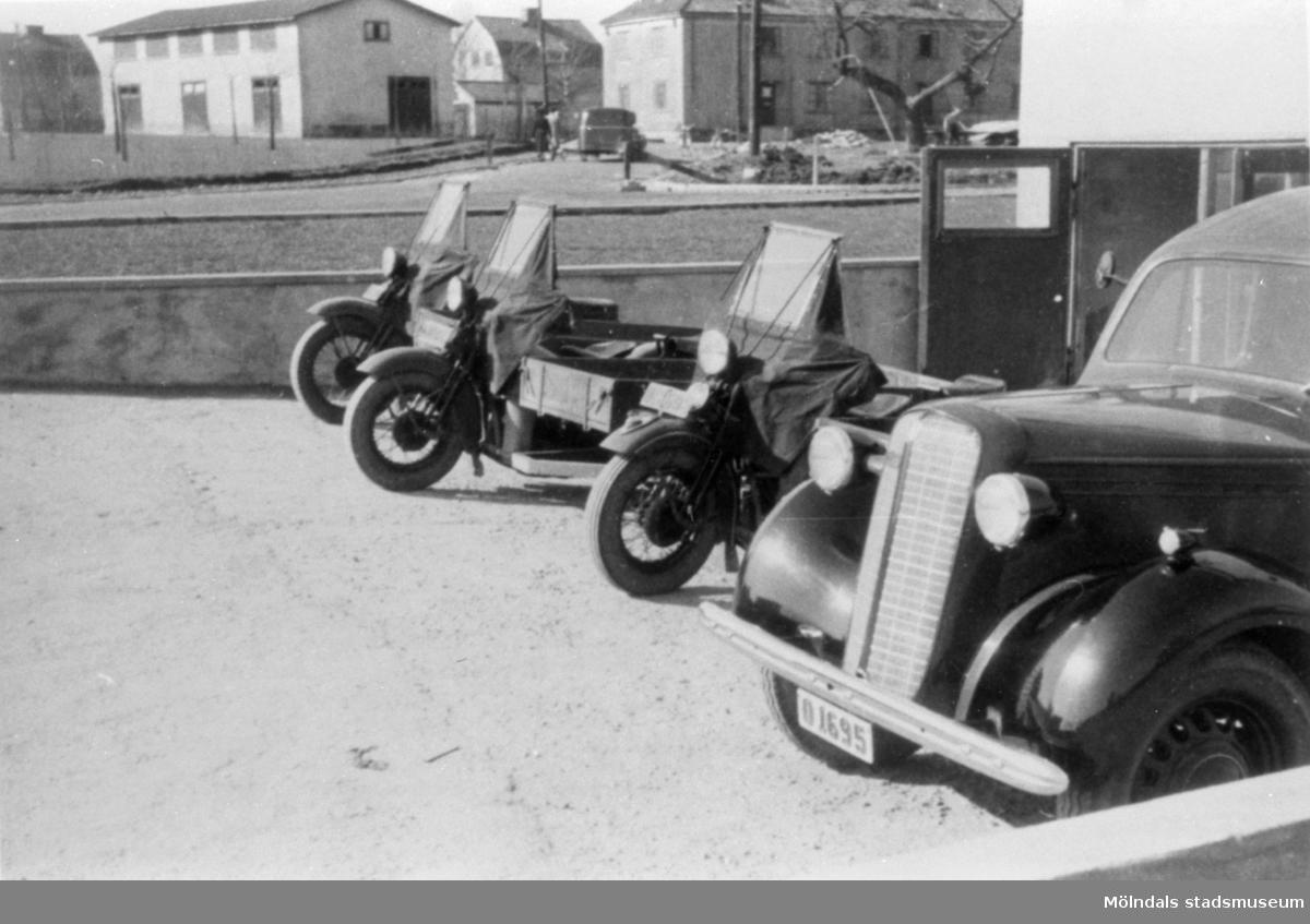 Mölndals Bud-transport. Tre stycken MC (Harley Davidson) med sidovagn/flak och en bil.