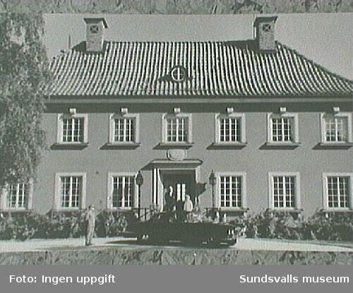 Axel och Margit Enström med chauffören Nils Sandberg vid entrèn till Willa Wallerstedt.