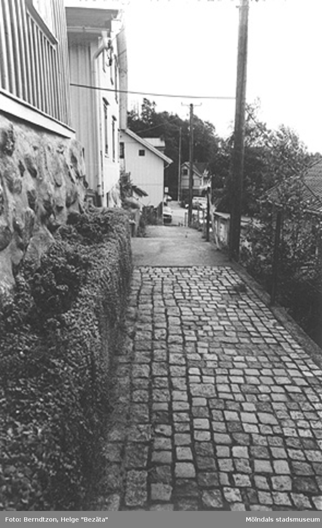 Roten Ms gränsstig mot gamla polishuset (Norra Forsåkersgatan 19). Husen till vänster är Roten M 22, Roten M 21 och Roten M 19, cirka 1984.
