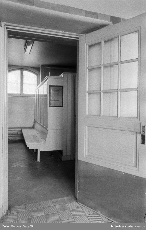 Interiör från Kvarnbyskolans bad, bl.a, borstställ, rullstolar, bassängrum samt entrén, 1986.