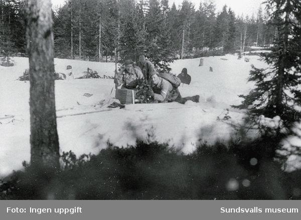 """Baggböle skyttefelt om vinteren 1945. Troppens bombekaster i virksomhet."""" (Bildtext i fotoalbum. Ägare Emil Tessem, Steinkjer.)"""