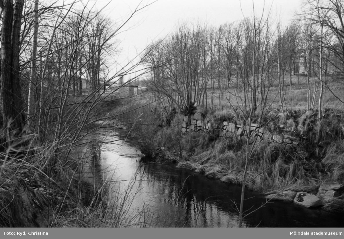 """Stenskodd """"flottningsplats"""" vid Lindomeån 1991. I bakgrunden till höger ligger Werners fabriker."""