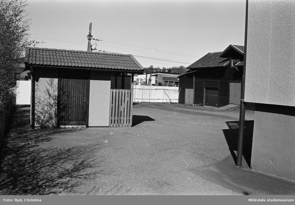 """Byggnadsdokumentation av gårdshus intill järnvägen. """"Brandbergs el"""" på Gamla Riksvägen 42 i Kållered, 1992."""
