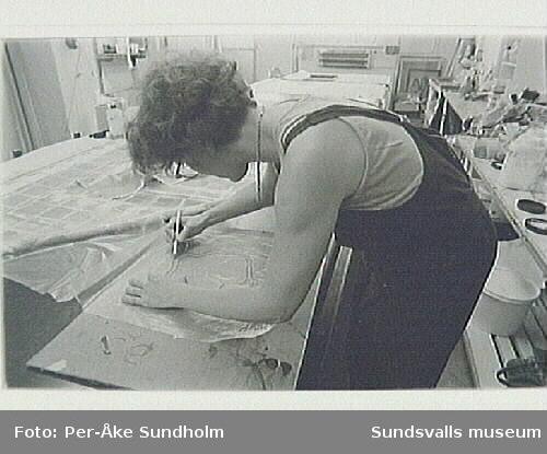 Dokumentation av Anita Wohlèns arbete med textiltryck, blandning av färg inför tryck på textil.