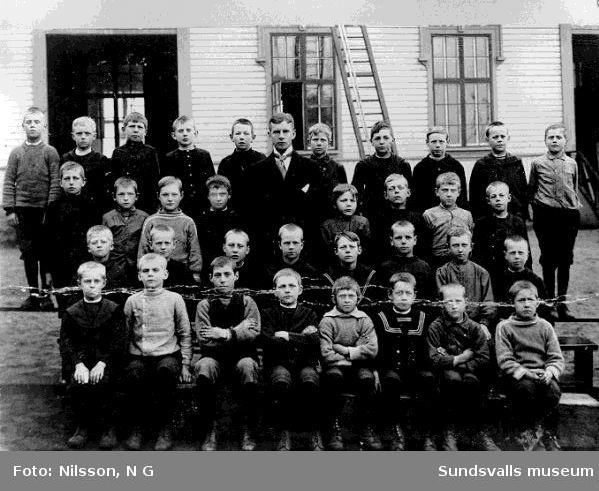 Klassfoto från första klassen i storskolan, Svartvik. Läraren hette Viberg, från Kramfors. Bakersta raden, 4:e pojken fr vä är Karl Holmström kortets ägare.