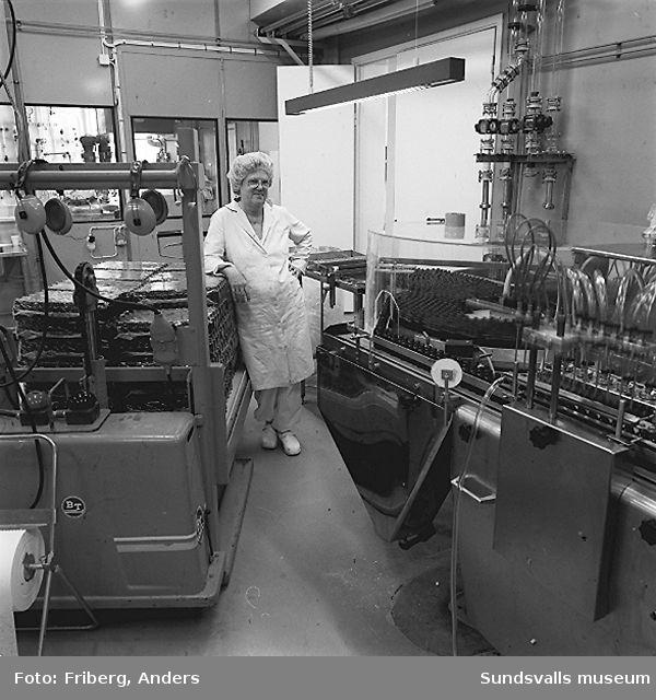 01-02 Paketering av AD-droppar, KabiPharmacias fabrik i Matfors03-06 Fyllning och kontroll av mixtur, KabiPharmacias fabrik i Matfors07-11 Påfyllning och avsyning av spolvätska, KabiPharmacias fabrik i Matfors12 Lösningsberedning, beredningsavdelningen, KabiPharmacias fabrik i Matfors