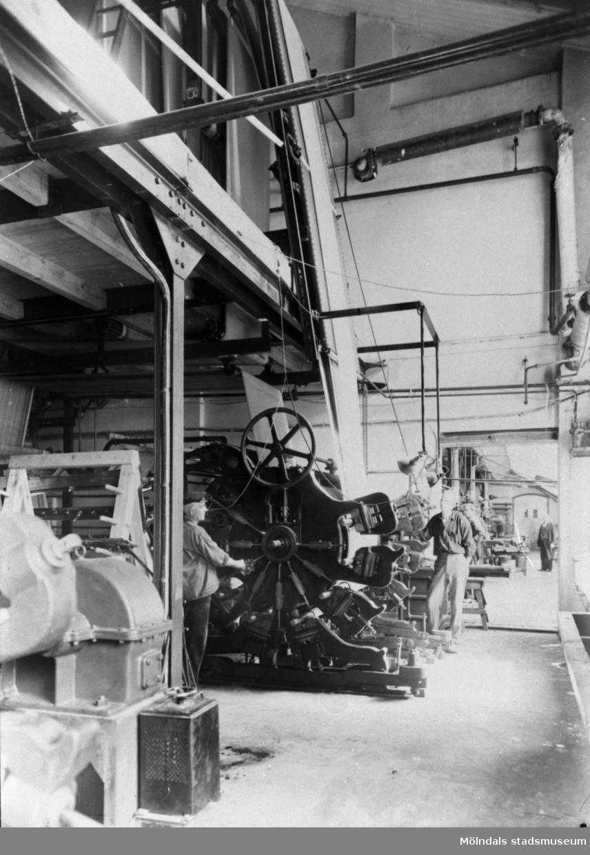 Färgtryckmaskin för tyg och väv som kunde trycka upp till 8 olika färger på tyget. Interiör från Krokslätts fabrik.