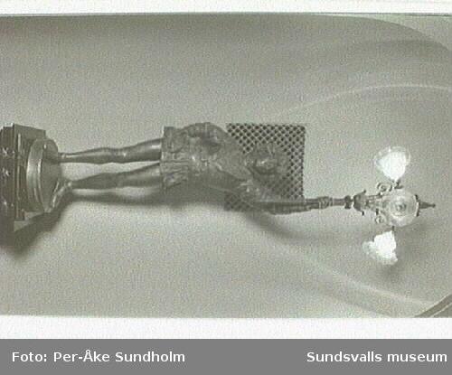 Bild 02- 14 Armatur, gjuten i form av en page.Bild 15- 27 Fönster med etsat glas.