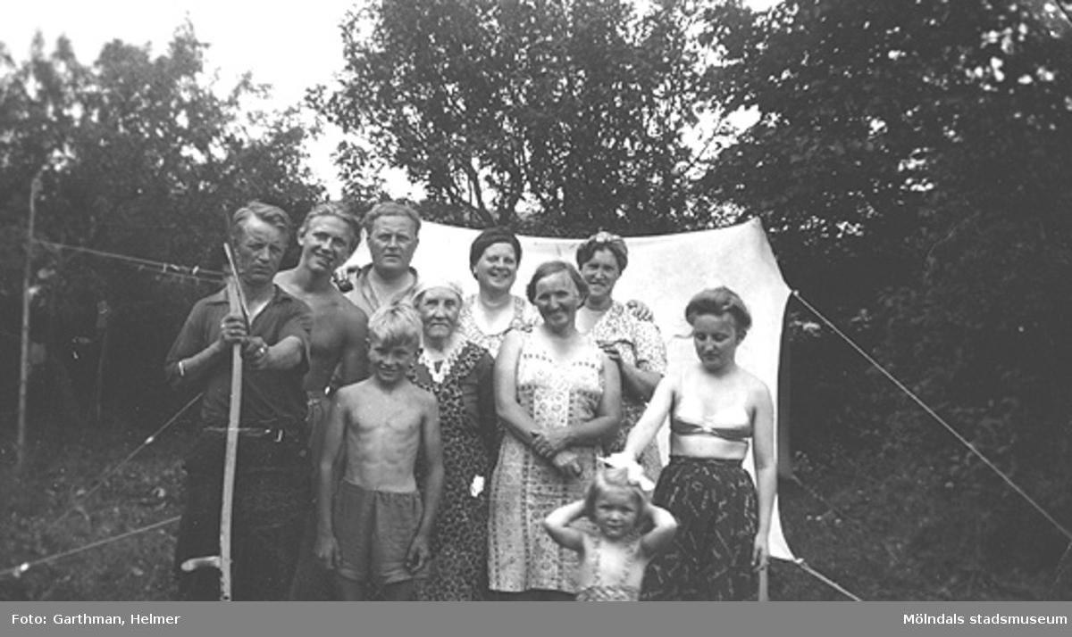 Helmer Garthmans släktingar i Fjärås, 1940-tal. Från vänster: Margit, Vera, Agnes, ?, Helmers syster; Gullan Andersson (född Garthman), Gustavs mor, gossen Roger, Gustav Andersson, Gunnar och Kalle.
