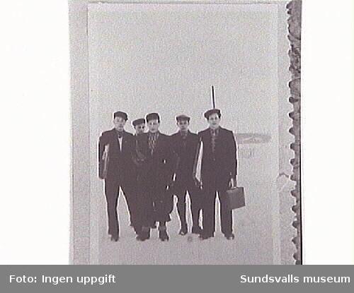 Fem unga män på väg.
