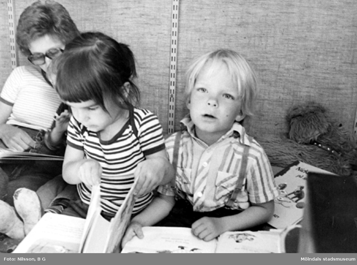 Barn som tittar i böcker. Holtermanska daghemmet, okänt årtal.