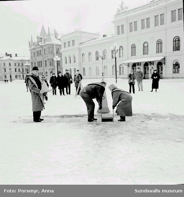 Ritualiserad nedläggning av föremål under plattorna på torget.