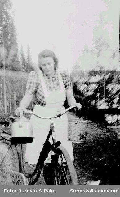 Kvinna med cykel och kaffepanna.