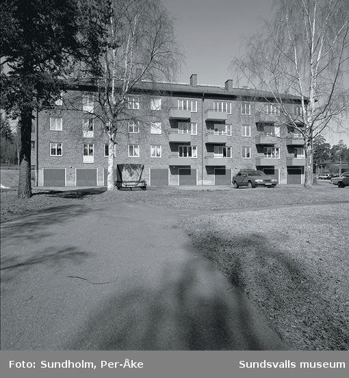 Inventering av 1940. och 50-talsområden  utförd av Inger Söderholm, 1997. Västergatan 33.Byggår: 1953. Arkitekt: Gunnar Wejke och Kjell Ödeen.