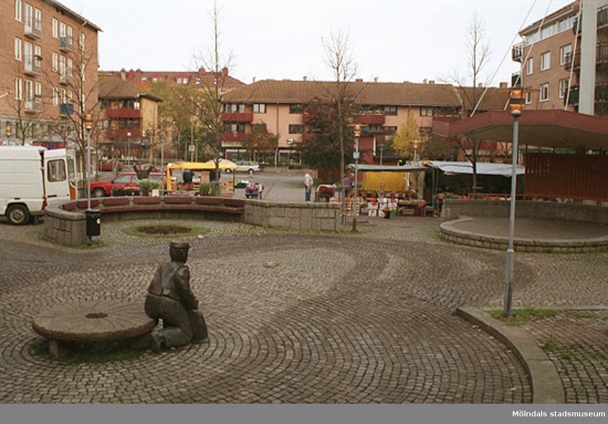 Alberts torg. Mölndalsbro i dag - ett skolpedagogiskt dokumentationsprojekt på Mölndals museum under oktober 1996. 1996_1301-1319 är gjorda av högstadieelever från Åbyskolan 8A, grupp 4. Se även 1996_0913-0940, gruppbilder på klasserna 1996_1382-1405 och bilder från den färdiga utställningen 1996_1358-1381.