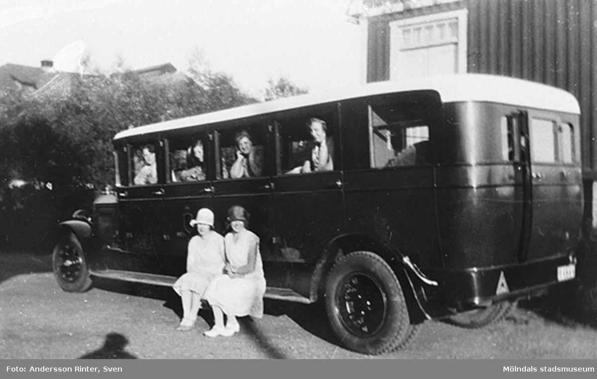 Torsten Andersson körde turistbuss då och då i Dalarna. Här utanför kvarnen med okända passagerare. Tidigt 1920-tal.