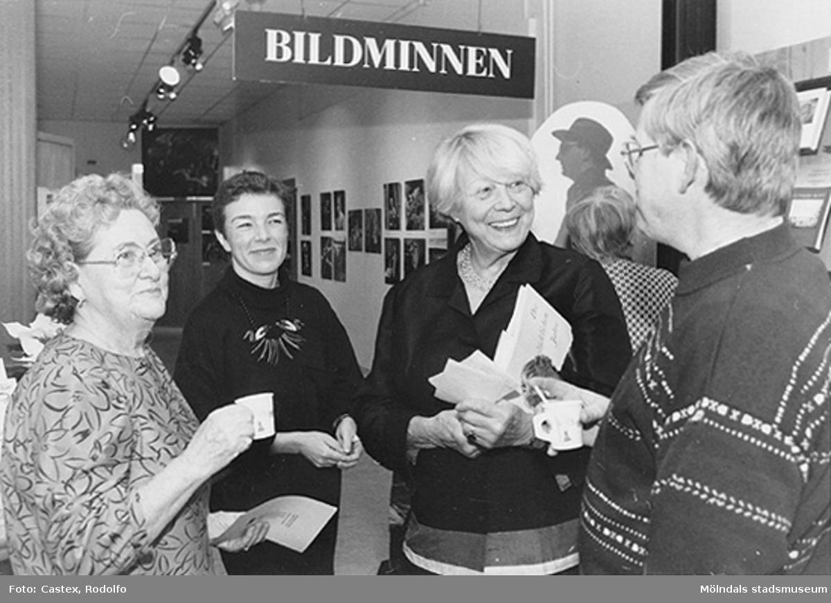 """Invigning av utställningarna """"KW Gullers Bildminnen"""" samt """"Ett familjealbum från Mölndal"""". Fr v: Astrid Garthman, Ulla Hasselqvist, Ingvor Gullers och Alf Garthman (son till Astrid)."""