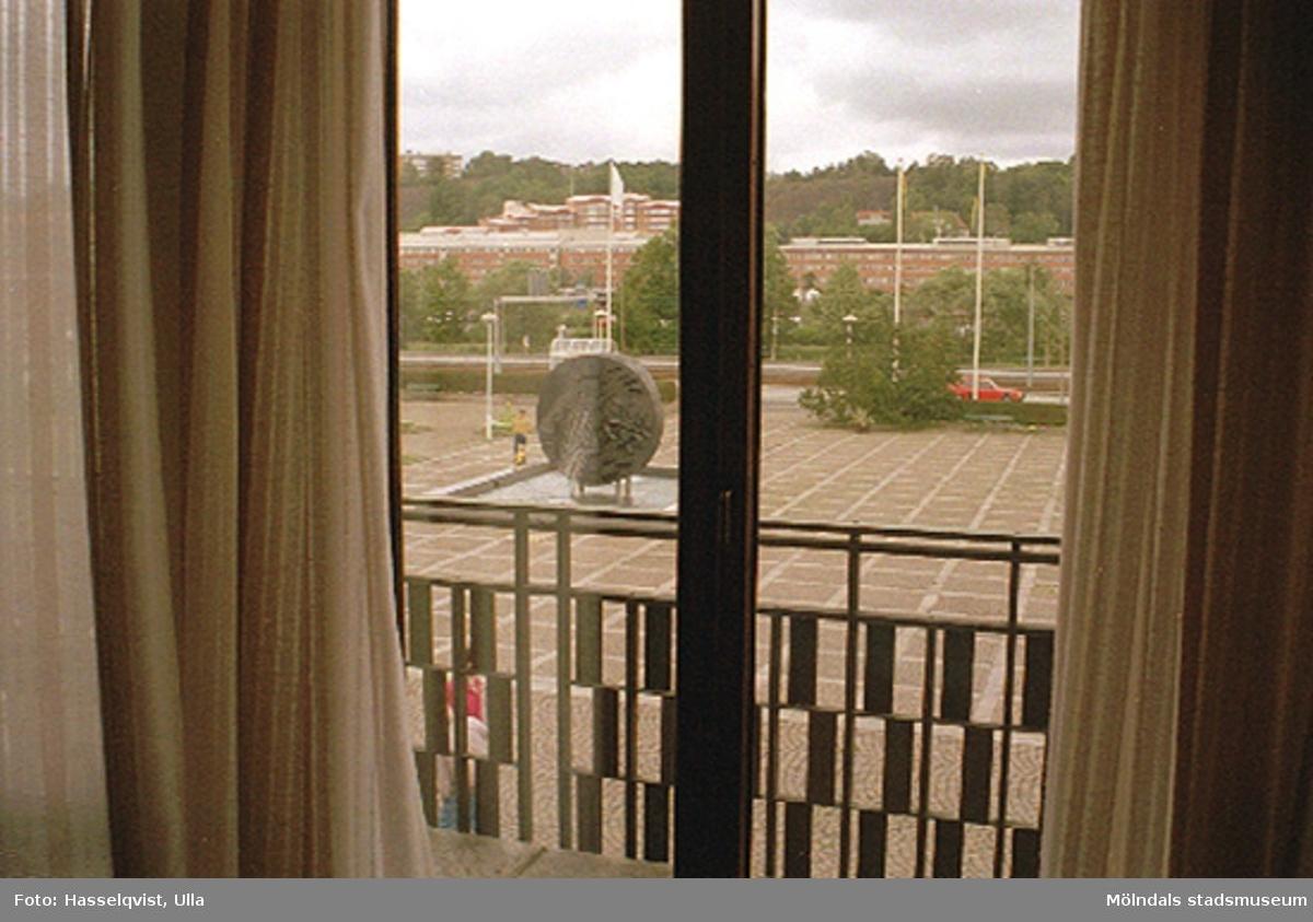 """Utsikt över stadshusplatsen med skulptör Roland Anderssons (f. 1935) konstverk """"Faesbiaergha"""" (fontän i diabas, invigd 17 maj 1991) och Göteborgsvägen i bakgrunden."""