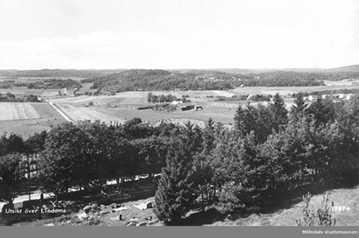 Vy från kyrkan över Lindomeby 2 - det som idag kallas för Kyrkängen.Fotot är sannolikt taget i början av 1950-talet, någon gång före 1954.