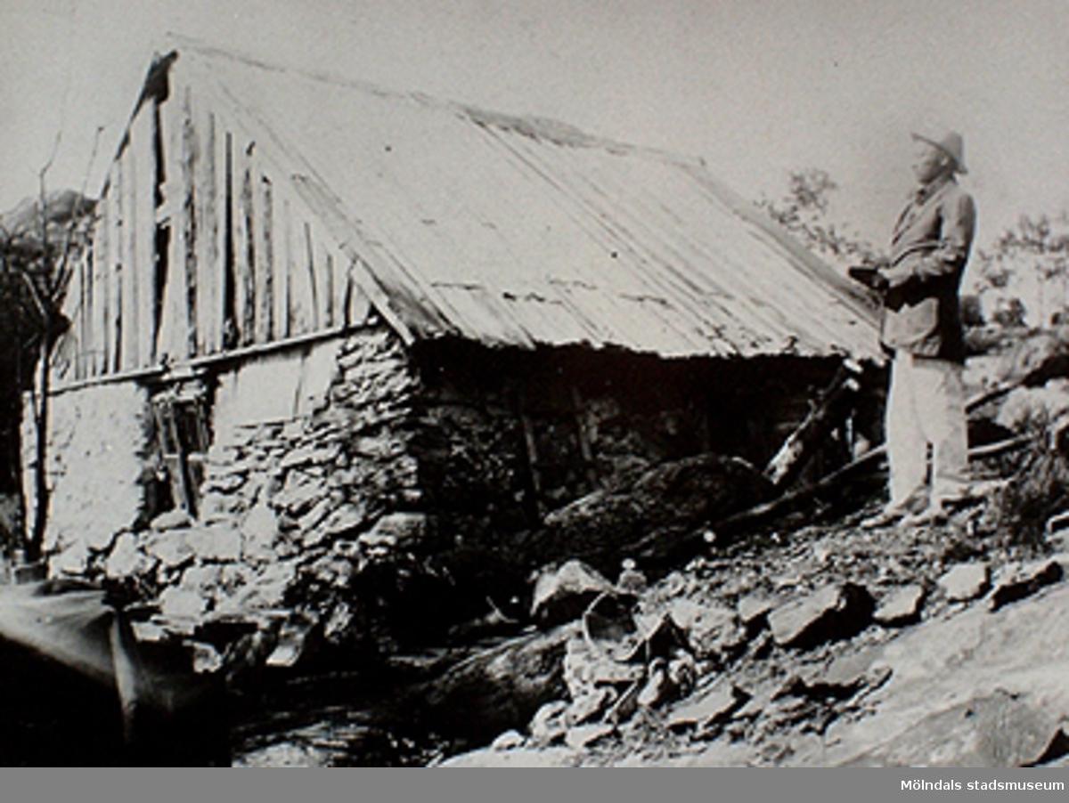 """Den låg på Svanegatan i Kleva mellan Ryet och Hulelyckan. """"Tommis"""" (Karl Johan Samuelsson 1885-1928) tvångsförflyttades till Kärra Hökegård år 1921. Okänd person och årtal."""