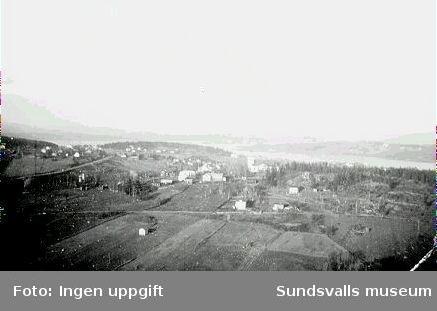 Vy från den provisoriska fackverksmasten vid rundradiostationen i Ljustadalen, 1948. I centrum av fotografiet ses Sköns kyrka, och i fonden Alnösundet och norra Alnö.