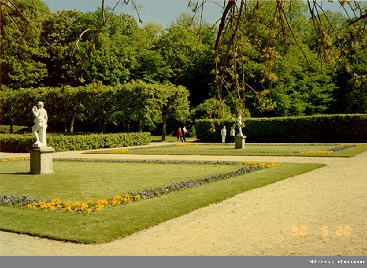 En skulptur stående i Gunnebo slottspark, maj -90.