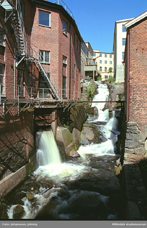 Till vänster: (F-fabriken) Kvarnfallet 10.Till höger: (Lilla Götafors) Kvarnfallet 19. F.d. vattenränna.Gult hus till höger: Tvätten.Längst upp i bildens mitt: Strumpan.