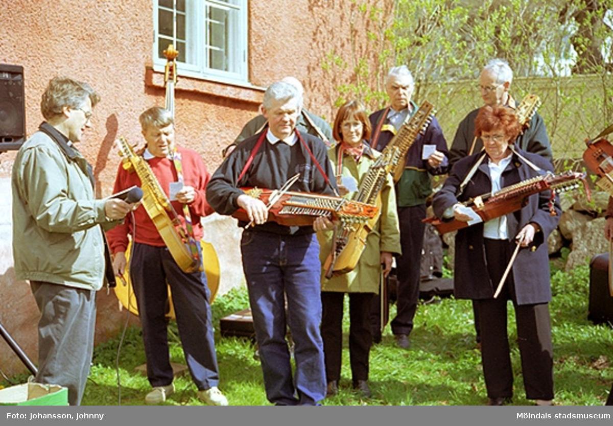 Stensjöns församling har friluftsgudstjänst i Kvarnbyparken. Museitekniker Sven-Åke Svensson spelar nyckelharpa i Lommebôs spelmansslag.