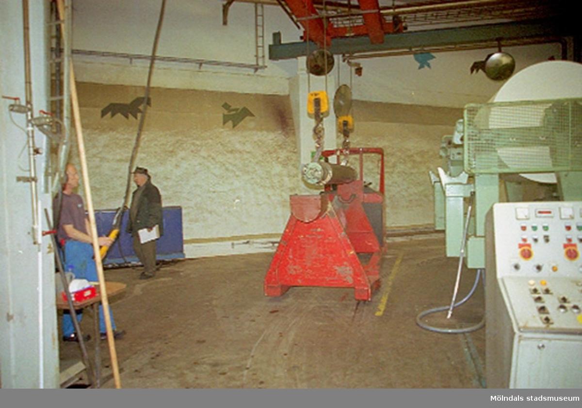 Ralf Andreasson och f.d fabrikschef Carl-Gustaf Lindgren vid PM4. Papyrusinventeringen 2001-11-06.