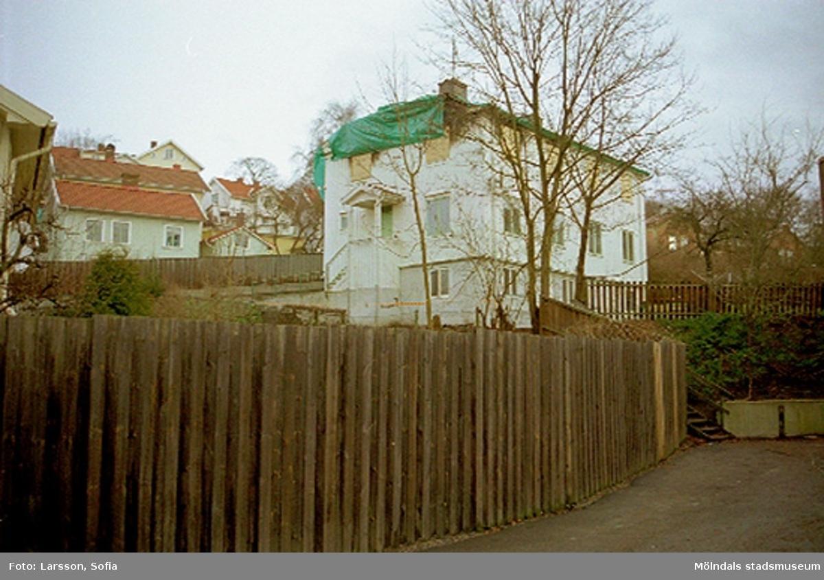 Byggnad 220. Ett brandskadat hus på Forsåkersgatan 2D, Forsåker 1:25. Huset brann 2001-12-28 och revs år 2003.