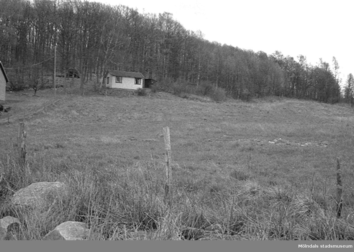 En sommarstuga som har byggts och ägts av Birger och Rut Karlsson. Birger var född i en gård där. Granne med nuvarande Ekåsens koloniområde i Kållered. Relaterat motiv: 2003_0136.