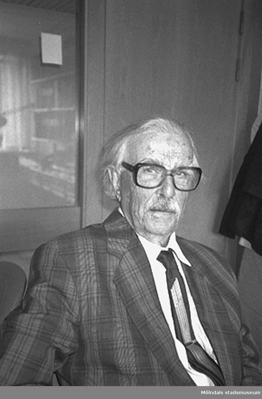 En okänd äldre man i Mölndals stadshus, juni 1994.