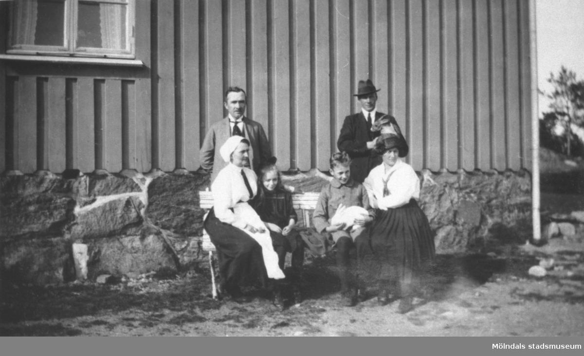 Från vänster Carl och Nora Krantz, barnen Rosa och Östen och till höger Karl och Ida Holmberg, syster till Nora. Karl och Ida är på besök innan de emigrerar till Amerika. Stretered, 1923.