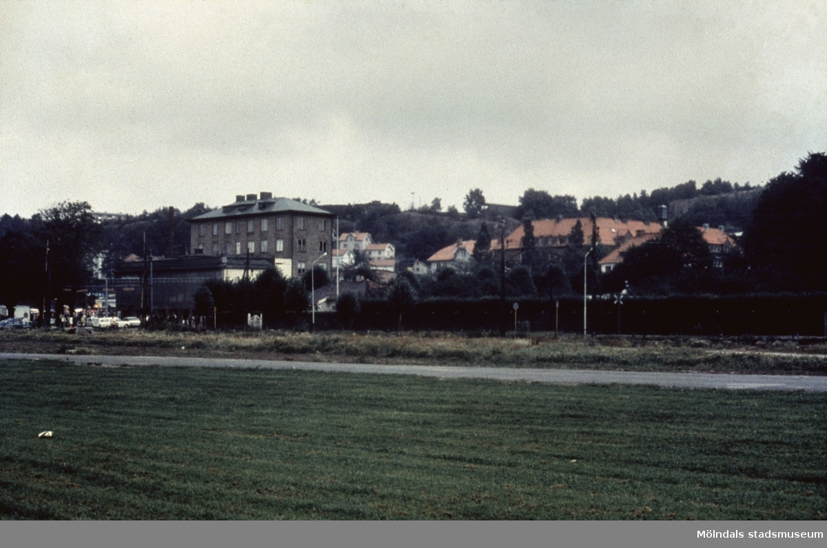 Till vänster järnvägsövergången vid Kvarnbygatan i Mölndal, 1970-tal. Till höger i bakgrunden skymtar Kvarnbyskolan.