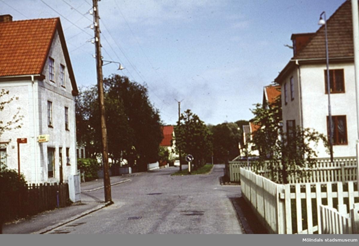 Bostadshus längs Broslättsgatan i Mölndal, år 1968. Triangelbageriet till vänster.